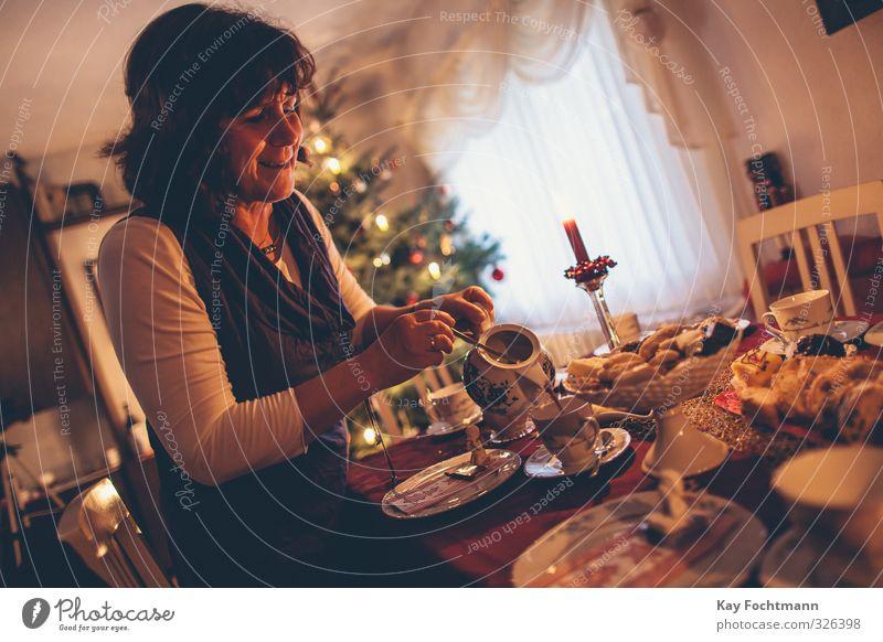 ° Mensch Frau Weihnachten & Advent Erwachsene Wärme Leben feminin Religion & Glaube Stimmung Zusammensein Wohnung Häusliches Leben 45-60 Jahre