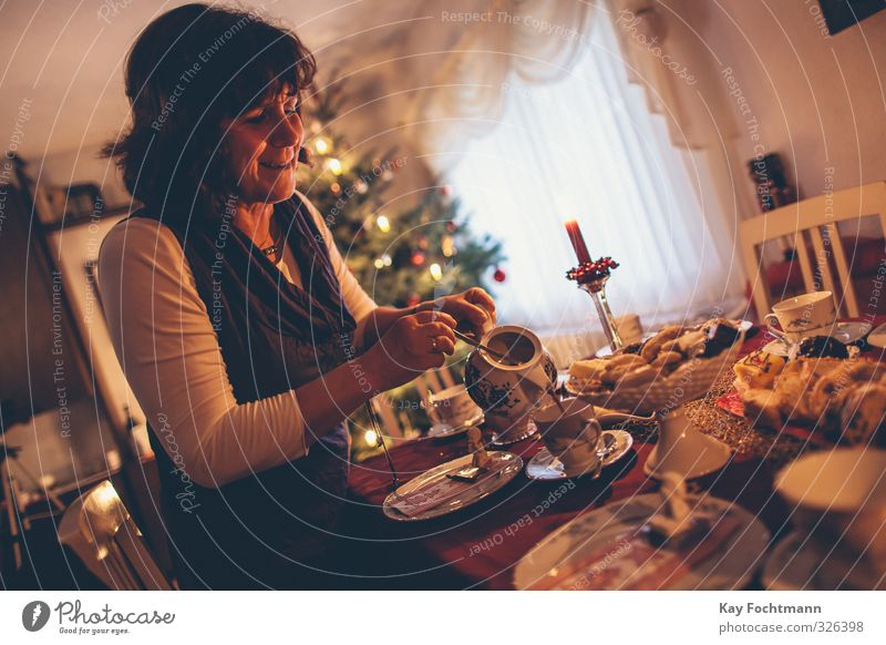 ° Mensch Frau Weihnachten & Advent Erwachsene Wärme Leben feminin Religion & Glaube Stimmung Zusammensein Wohnung Häusliches Leben 45-60 Jahre Dekoration & Verzierung Kaffee Mutter