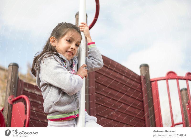 cooles Mädchen spielt in der Spielplatzbar Lifestyle Freude Glück Spielen Klettern Bergsteigen Kind Mensch Kindheit Himmel Burg oder Schloss Lächeln Sicherheit