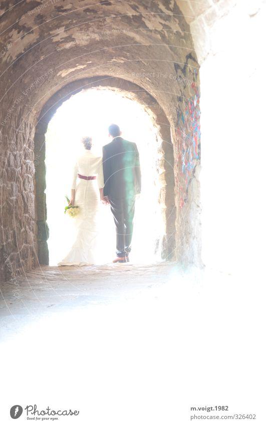 into the sun Sommer Sonne Frau Erwachsene Mann Paar Partner 2 Mensch 30-45 Jahre Kleid Anzug stehen elegant Glück Zufriedenheit Zusammensein Liebe Treue