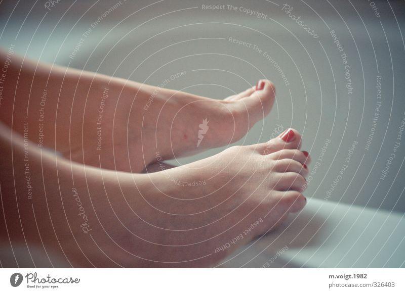Erwartungsvolle Füße Hochzeit feminin Junge Frau Jugendliche Erwachsene Fuß Erotik Zehennagel Sauberkeit Reinheit Farbfoto Textfreiraum rechts Textfreiraum oben