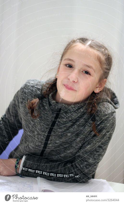 . Mädchen Kindheit Jugendliche Leben 1 Mensch 8-13 Jahre Jacke Haare & Frisuren brünett Zopf Zöpfe Lächeln Blick authentisch Freundlichkeit schön einzigartig