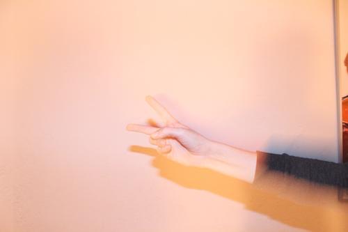 V Freizeit & Hobby Nachtleben Party clubbing Tanzen Feste & Feiern Leben Hand Finger Jugendkultur Subkultur Zeichen Erfolg Frieden Kommunizieren authentisch