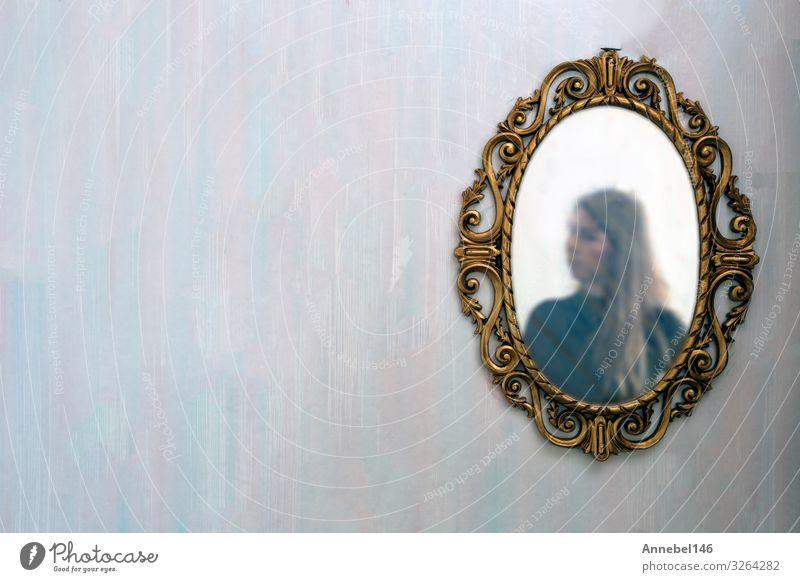 Das Spiegelbild einer Frau in einem antiken goldenen Spiegel Lifestyle Reichtum elegant Stil Design schön Körper Gesicht Tapete Mensch Erwachsene Mode