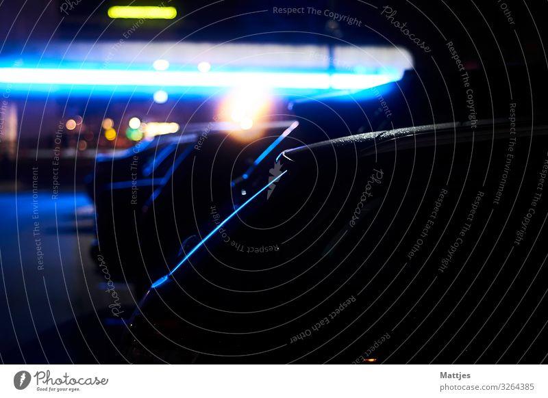 Blaues Licht und Autos Nachtleben Architektur Bielefeld Stadt Stadtzentrum Parkhaus Parkplatz Parkplatzbeleuchtung Parkplatzsuche Verkehr Verkehrswege