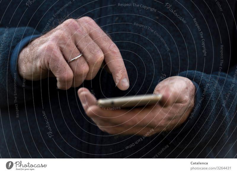 Üben, üben Telefon Handy Bildschirm Technik & Technologie Fortschritt Zukunft Telekommunikation Informationstechnologie Internet maskulin 1 Mensch Pullover