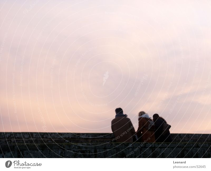 Ansicht vom Schloß Frau Mensch Mann Himmel Wolken Wand Menschengruppe
