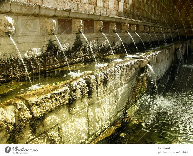 Springbrunnen Wasser Sonne gelb Farbe Italien Brunnen Röhren Strahlung historisch Skulptur