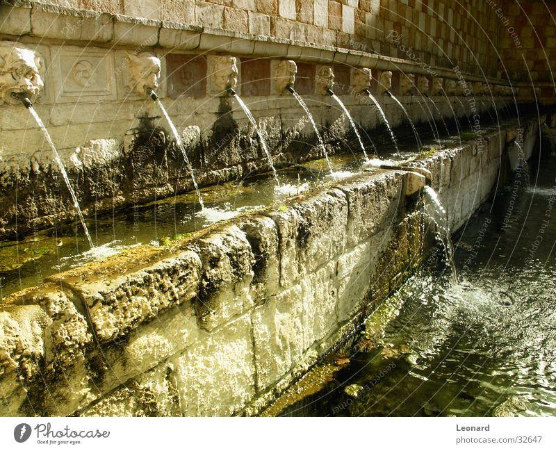 Springbrunnen Wasser Sonne gelb Farbe Italien Brunnen Röhren Strahlung historisch Skulptur Springbrunnen