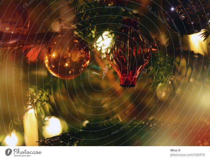 Glaskugeln Weihnachten & Advent glänzend Weihnachtsbaum Weihnachtsdekoration Weihnachtsbeleuchtung Kerze Kerzenschein Kerzenflamme Baumschmuck Tannenzweig