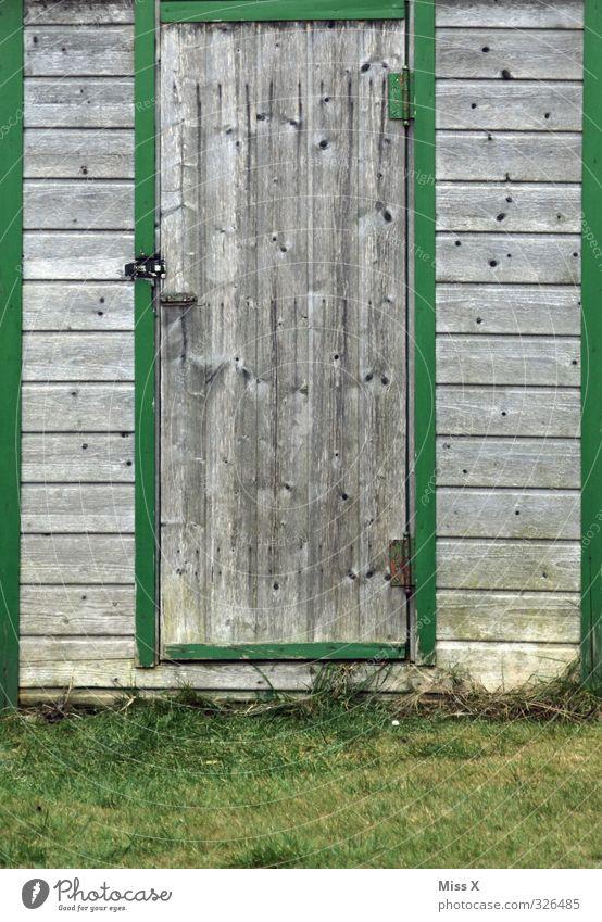 Tür V alt Wiese Garten Wohnung Häusliches Leben geschlossen Hütte Scheune Gartenhaus Holztür