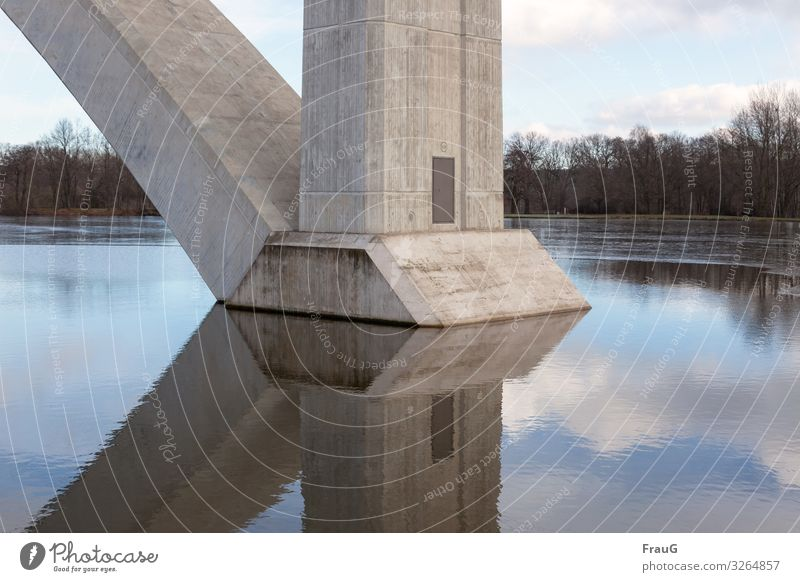Im Wasser gebaut Winter See Brücke Brückenpfeiler Autobahnbrücke Beton standhaft Reflexion & Spiegelung fest Farbfoto Außenaufnahme