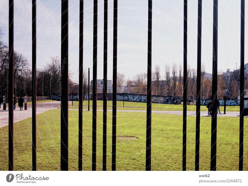 Mauerstreifen Menschenmenge Landschaft Himmel Wolken Horizont Frühling Schönes Wetter Baum Gras Wiese Berlin Berlin-Mitte Mauerreste Sehenswürdigkeit Metall