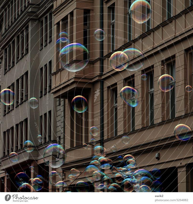 Hausputz Stadt bevölkert Mauer Wand Fassade Fenster Seifenblase Bewegung fantastisch Fröhlichkeit Zusammensein gigantisch glänzend rund viele verrückt