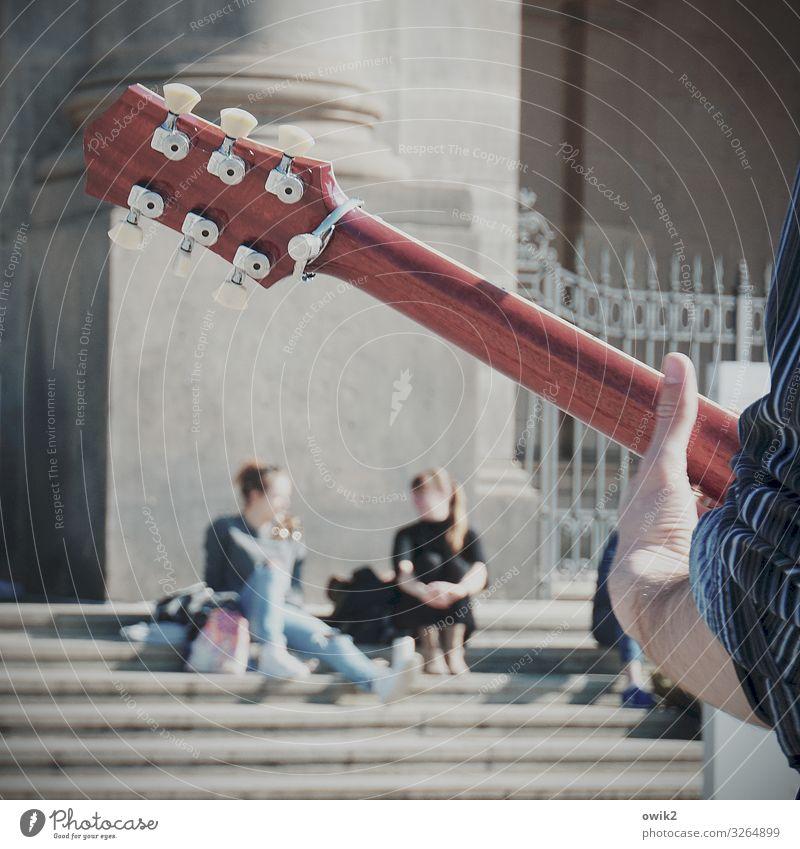 Ein Ständchen für zwei Junge Frau Jugendliche Junger Mann Hand Finger Unterarm Daumen 3 Mensch Musik Gitarre Straßenmusiker Stadt Stadtzentrum bevölkert Haus