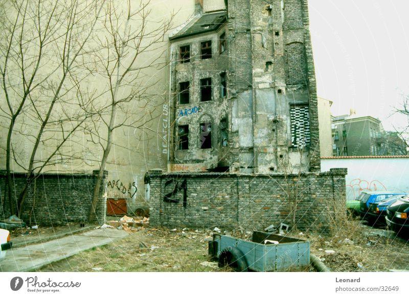 Alte Häuser Baum Haus Wand Mauer PKW Architektur Ziffern & Zahlen Müll Karre Bauschutt Zusammenbruch