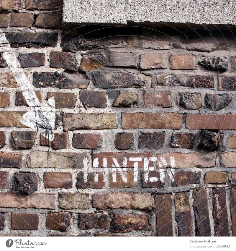 hinten Stadt Mauer Wand Fassade Backstein Zeichen Schriftzeichen Schilder & Markierungen Kommunizieren Krieg Sicherheit Pfeil Hinweis luftschutzkeller