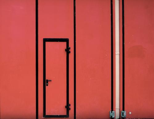 Model-Eingang Tor Griff Tür Metall Kunststoff eckig einfach rot schwarz weiß Sicherheit schmal Feuerwehr Feuerwehrhaus Scharnier beweglich geschlossen Farbfoto