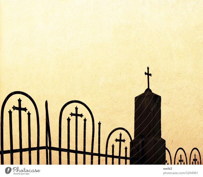 Endstation alt gelb Wand Traurigkeit Mauer Tod Vergänglichkeit Hoffnung Trauer Dorf Zaun Christliches Kreuz fest Friedhof verlieren demütig