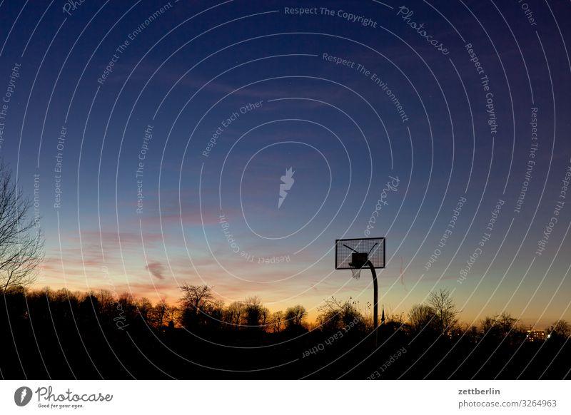 Basketball Ballsport Basketballkorb Menschenleer Spielen Spielfeld Textfreiraum Korb Abend dunkel Dämmerung Himmel Himmel (Jenseits) Horizont Berlin steglitz
