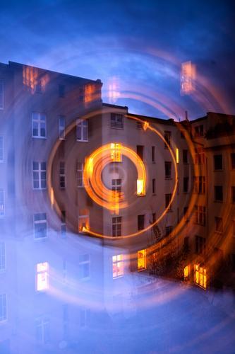 Gedrehter Hinterhof am Abend Himmel Himmel (Jenseits) Stadt Haus Fenster dunkel Wand Bewegung Textfreiraum Fassade Häusliches Leben Kreis Wohnhaus Stadtzentrum
