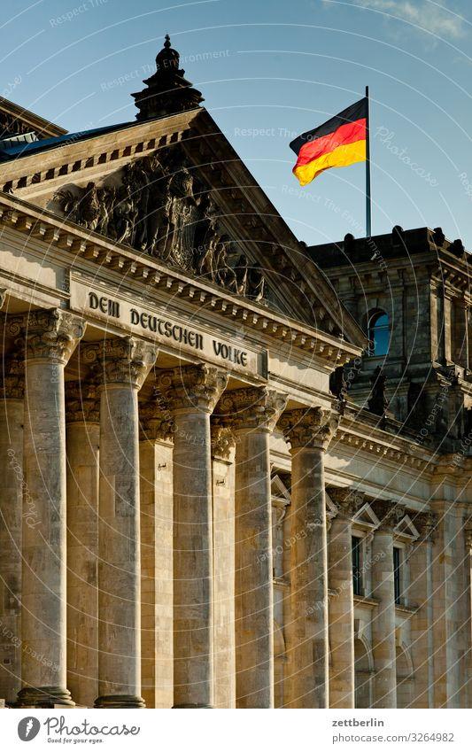 Reichstag mit Deutschlandfahne Architektur Berlin Deutscher Bundestag Deutsche Flagge Hauptstadt Stadtzentrum Parlament Regierung Regierungssitz