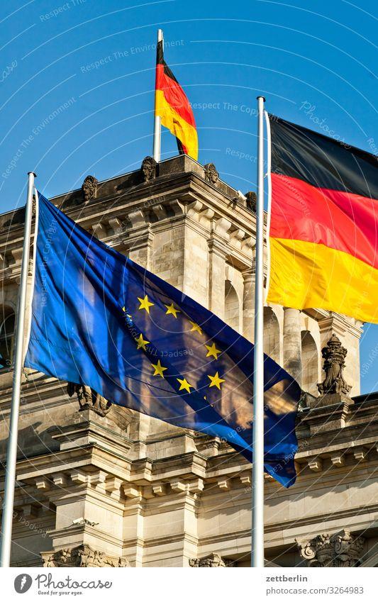 Fahnen vor dem Reichstag Stadt Architektur Berlin Deutschland Tourismus Textfreiraum Europa Wind Deutsche Flagge Wahrzeichen Hauptstadt Stadtzentrum wehen