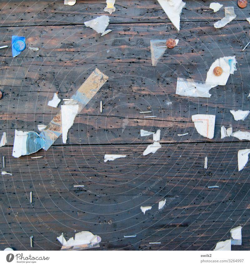Outtakes Papier Fetzen Rest Schnipsel Reißzwecken Schwarzes Brett Information Holz Metall Rost alt trashig trist Verfall Vergangenheit Zerstörung Heftklammer
