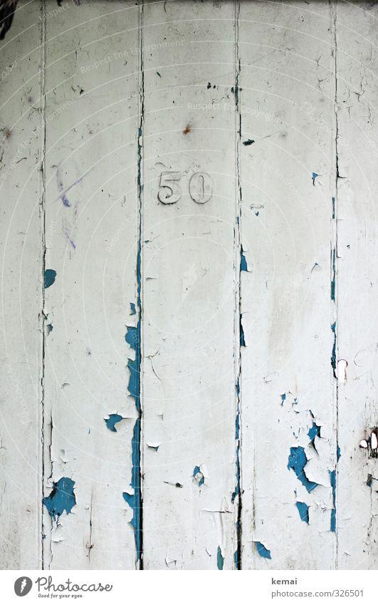 Fünfzig blau alt weiß Holz Tür authentisch kaputt Ziffern & Zahlen Zeichen verfallen Riss 50 Jubiläum Hausnummer