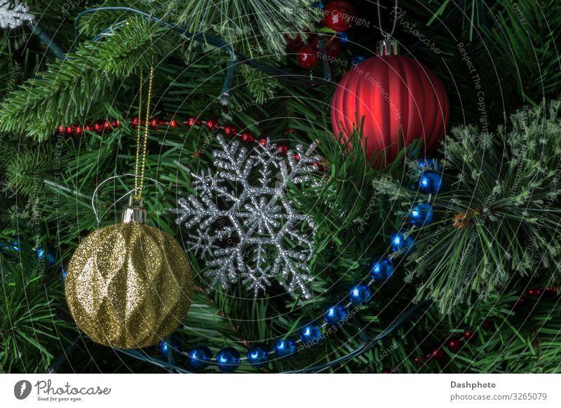 Weihnachtsbäume und Weihnachtsschmuck am Weihnachtsbaum Winter Winterurlaub Dekoration & Verzierung Feste & Feiern Weihnachten & Advent Baum glänzend blau grün