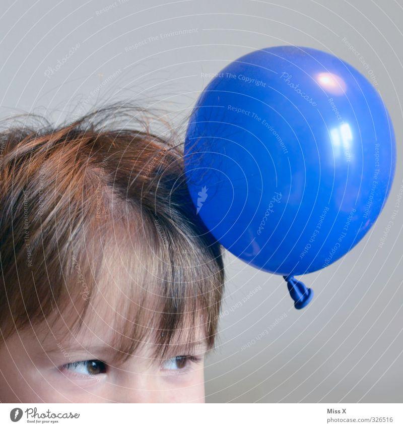 Aufgeladen Mensch Kind Spielen lustig Haare & Frisuren Kopf Freizeit & Hobby Kindheit Luftballon Kleinkind 8-13 Jahre elektrisch kleben Kinderspiel 3-8 Jahre