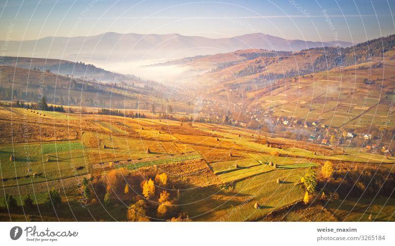 Landwirtschaftliche Felder auf Hügeln. Neblige ländliche Szene am Morgen Ferien & Urlaub & Reisen Ausflug Ferne Freiheit Sommer Berge u. Gebirge Haus Hausbau