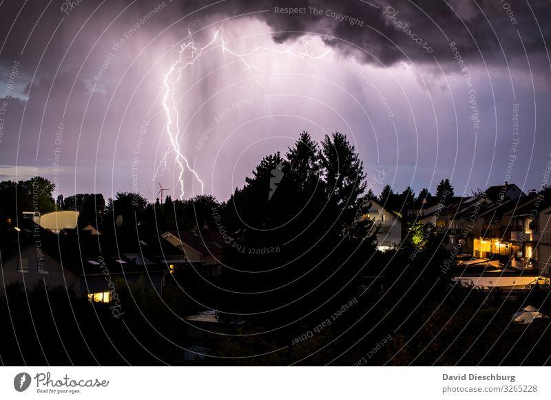 Potz Blitz Natur Landschaft Himmel Gewitterwolken schlechtes Wetter Unwetter Sturm Regen Blitze Wald Stadt Haus Einfamilienhaus bedrohlich Klima Umwelt Zukunft