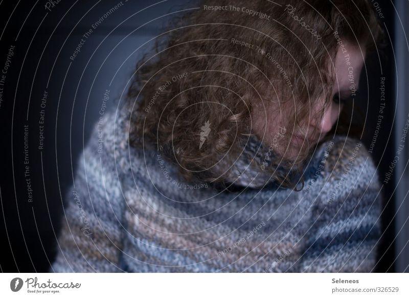 . Körper Haare & Frisuren Haut Gesicht Handarbeit stricken Mensch feminin Frau Erwachsene 1 Mode Pullover brünett langhaarig Locken kalt Traurigkeit Sorge