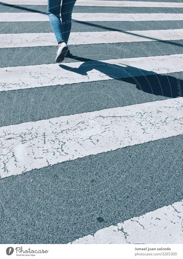 auf dem Zebrastreifen auf der Straße gehen. Fußgänger Beine Silhouette Schatten Linie weiß Gehhilfe Ampel Signal Hinweisschild Verkehrsschild Zeichen