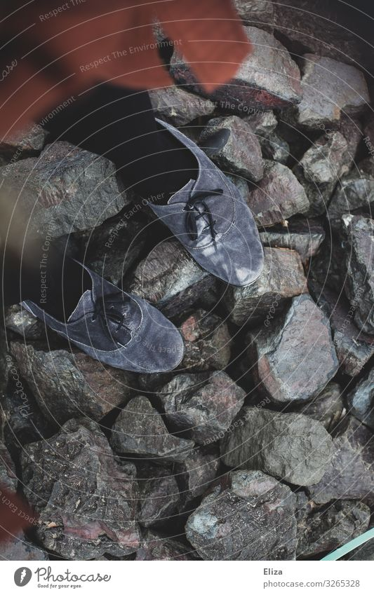 auf Steinen stehen feminin Schuhe grau Barriere uneben Farbfoto Gedeckte Farben Außenaufnahme Tag Vogelperspektive