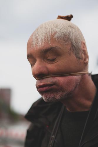Luft raus Mensch maskulin Mann Erwachsene Gesicht 30-45 Jahre Müdigkeit Erschöpfung Atemnot Clown Strumpfhose bankräuber Dieb Traurigkeit lustig Außenaufnahme