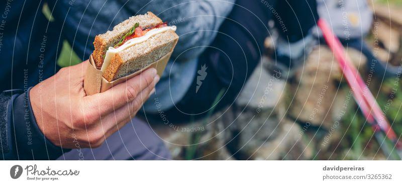 Sandwich, das ein Paar beim Trekking essen wird. Essen Lifestyle Freizeit & Hobby Ferien & Urlaub & Reisen Abenteuer Berge u. Gebirge wandern Sport Klettern