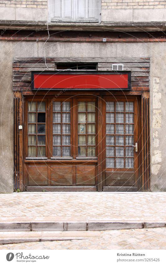 rot und leer Menschenleer Architektur Fassade Fenster Tür Holz alt retro Ende Kneipe Restaurant Straßencafé Unbewohnt Leerstand Insolvenz Gardine Fensterfront