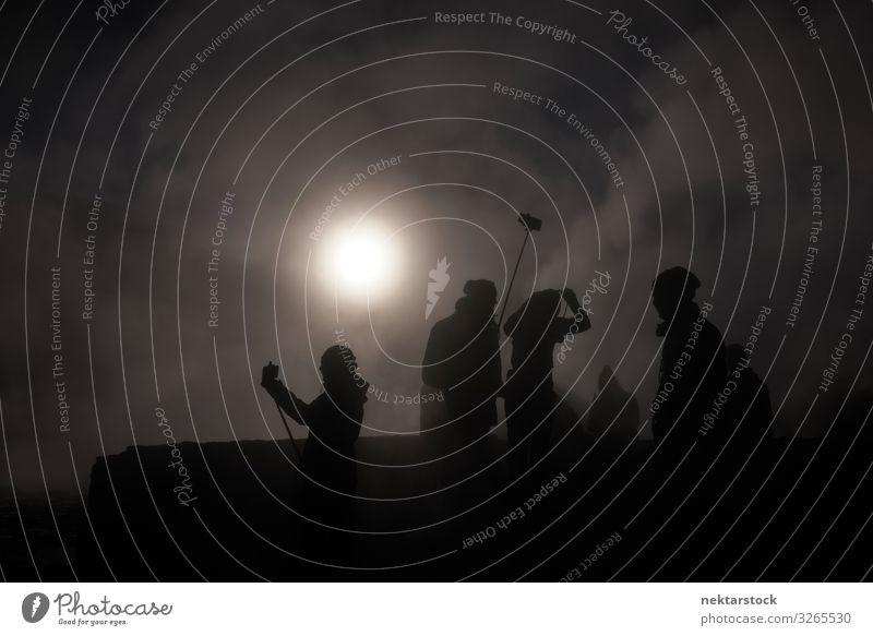 Silhouetten eines Kamerateams an einem Smokey Geyser Sonne Fotokamera Natur Wolken dunkel Besatzung Menschen Rauch 6 oder mehr Personen Fotografie Dreharbeit