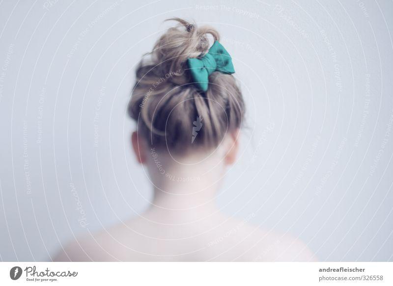 Schleifenmädchen Mensch Jugendliche Junge Frau Einsamkeit ruhig 18-30 Jahre Erwachsene feminin blond ästhetisch warten zart langhaarig Schmuck sanft Verpackung