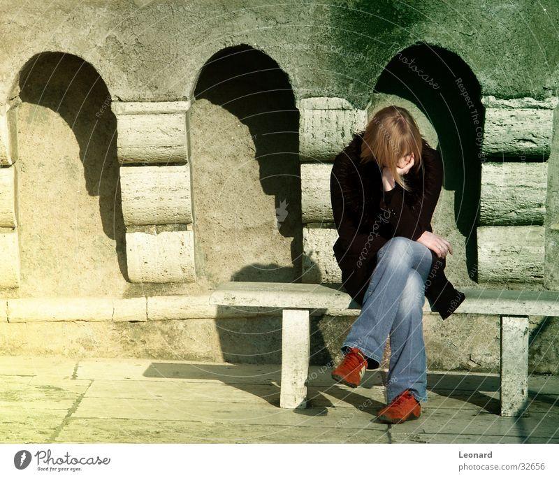 Konzentration Frau Mensch Sonne Wand lachen Stein Bank Bogen