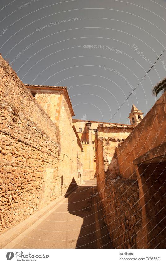 Durch diese hohle Gasse muss er kommen Kleinstadt Altstadt Haus Kirche Gebäude Mauer Wand Fassade ästhetisch Santanyi Mallorca mediterran Warmes Licht eng