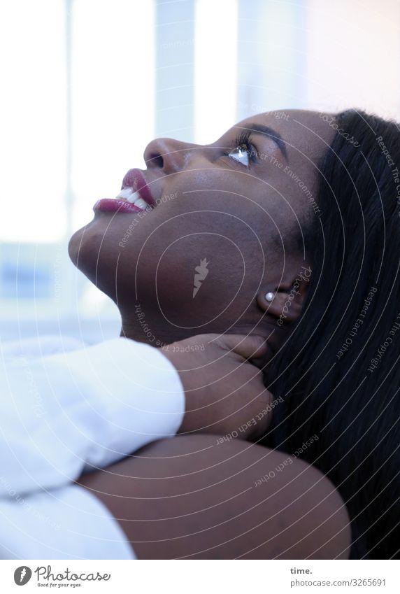 Arabella Blick nach oben halten feminin Frau weiblich lächeln langhaarig schwarzhaarig schön portrait gesicht profil lebendig inspiration vorfreude fröhlich