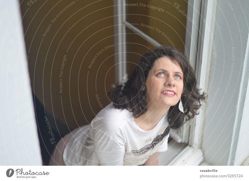 junge brünette Frau wirft erwartungsvoll einen Blick aus dem Fenster nach oben in den Himmel | Weitsichtig Freude Mensch Junge Frau Jugendliche Erwachsene 1
