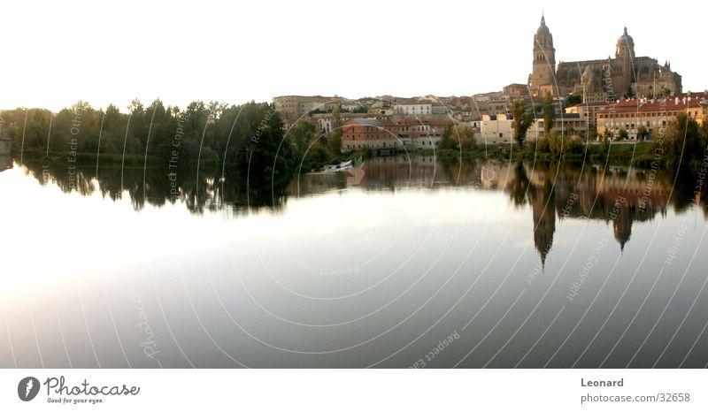 Salamanca Panorama (Aussicht) Baum Haus Stadt Gebäude Kuppeldach Spanien Europa Reflexion & Spiegelung Fluss Wasser Himmel blau Dom Turm groß
