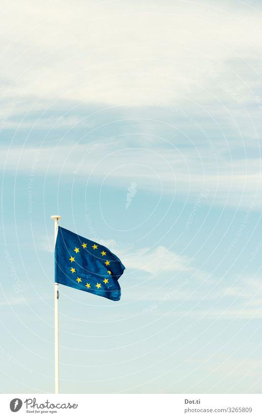 Europe Himmel blau Wolken Kraft Stern (Symbol) Zeichen Zusammenhalt Fahne wehen Einigkeit Europafahne