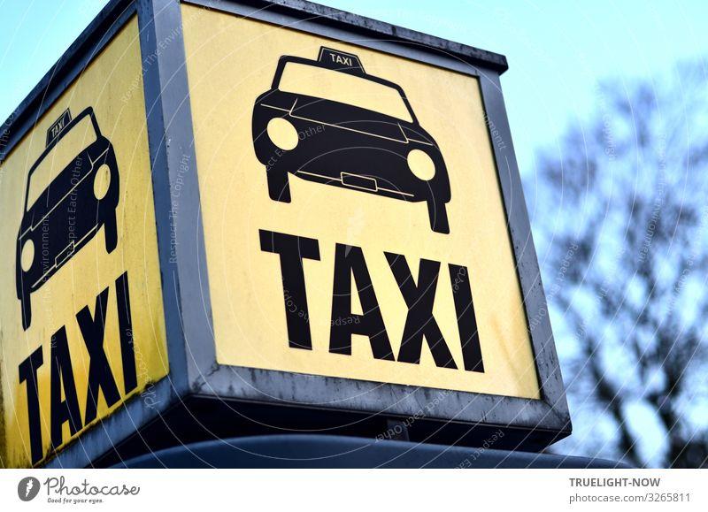 Taxi Verkehr Verkehrsmittel Personenverkehr Berufsverkehr Straßenverkehr Autofahren Fußgänger Taxistand warten authentisch nah Stadt blau gelb grau schwarz