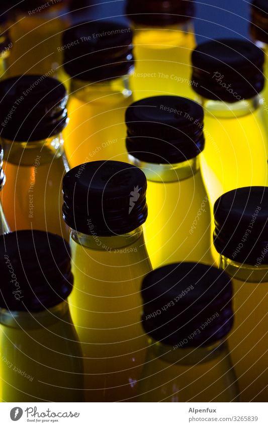 Säftchen Flasche Flaschenhals Glas leuchten trinken saftig süß Alkoholsucht Zufriedenheit einzigartig Freundschaft geheimnisvoll gleich Kontakt
