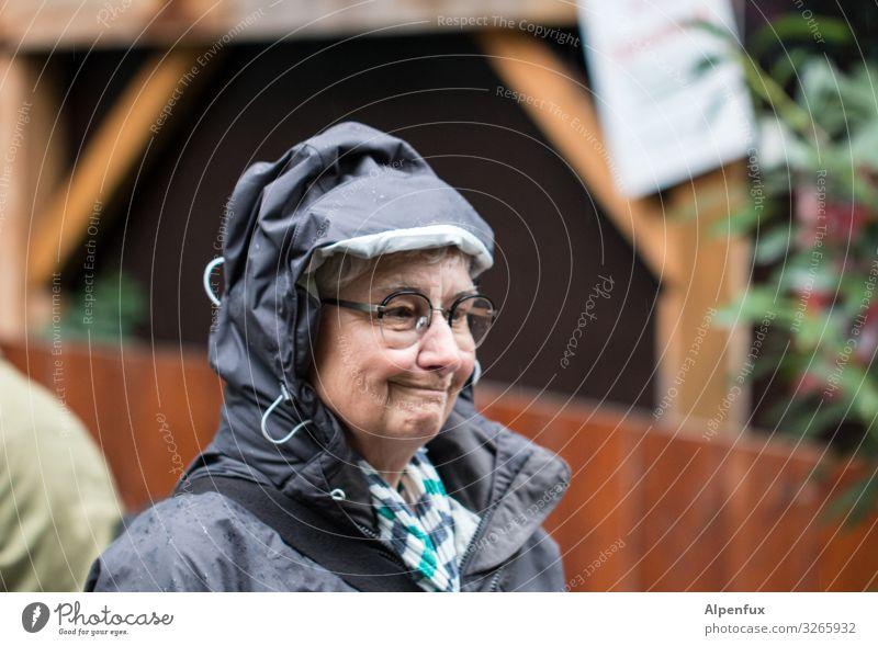 not amused | UT HH19 Frau Mensch Erwachsene feminin Regen Lebensfreude Klima Weiblicher Senior Überraschung Irritation Sorge Erwartung schlechtes Wetter